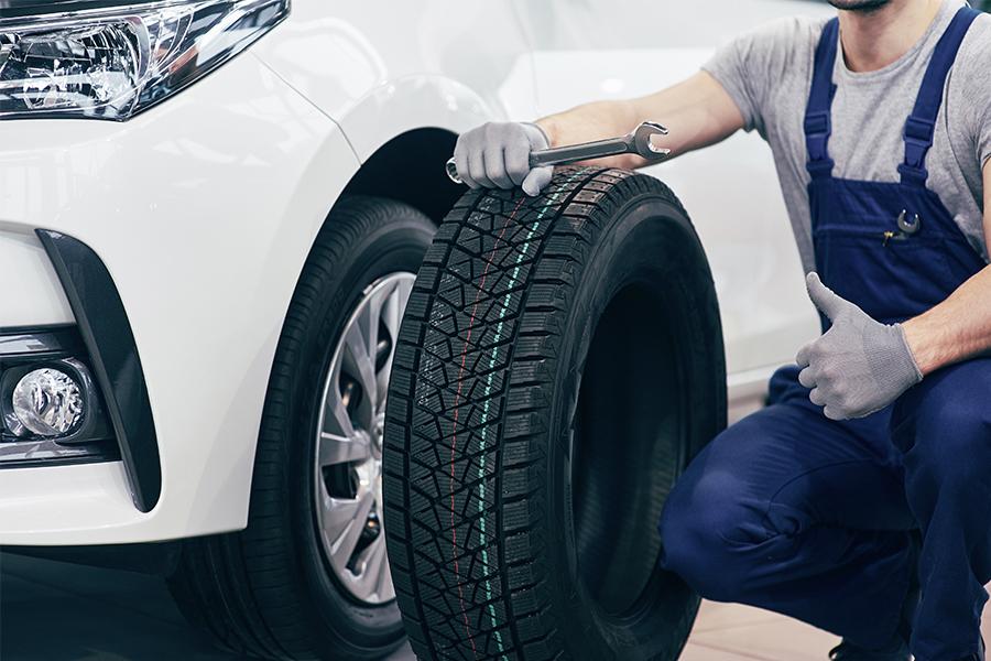 mecánico cambio neumáticos en taller de Córdoba