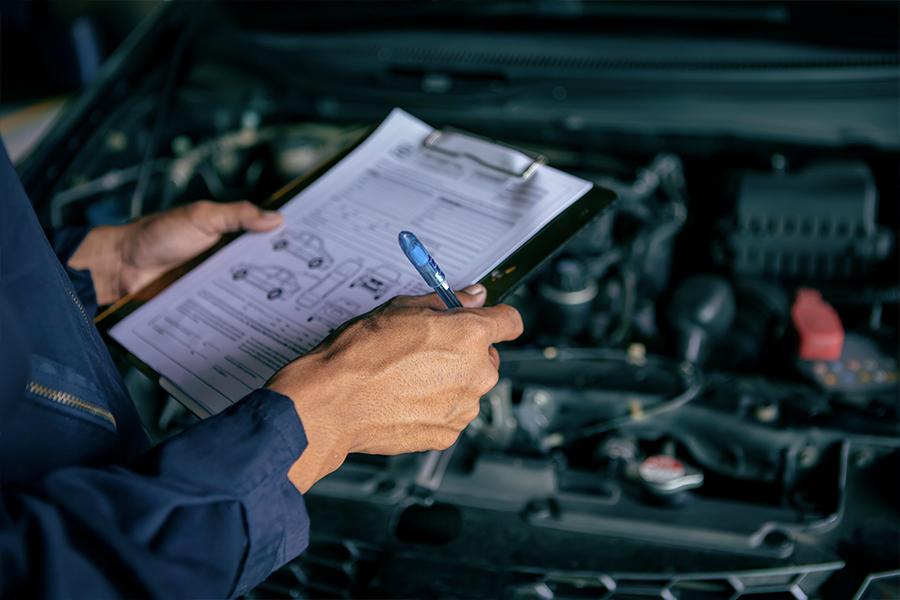 mecánico revisando coche para itv en Córdoba
