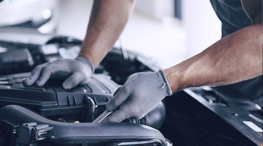 Mecánido reparando vehículo en taller de neumáticos Gomauto Sport Córdoba