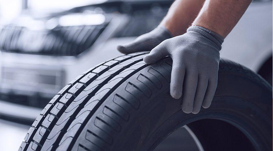 Mecánico colocando neumático en taller Gomauto Sport Córdoba
