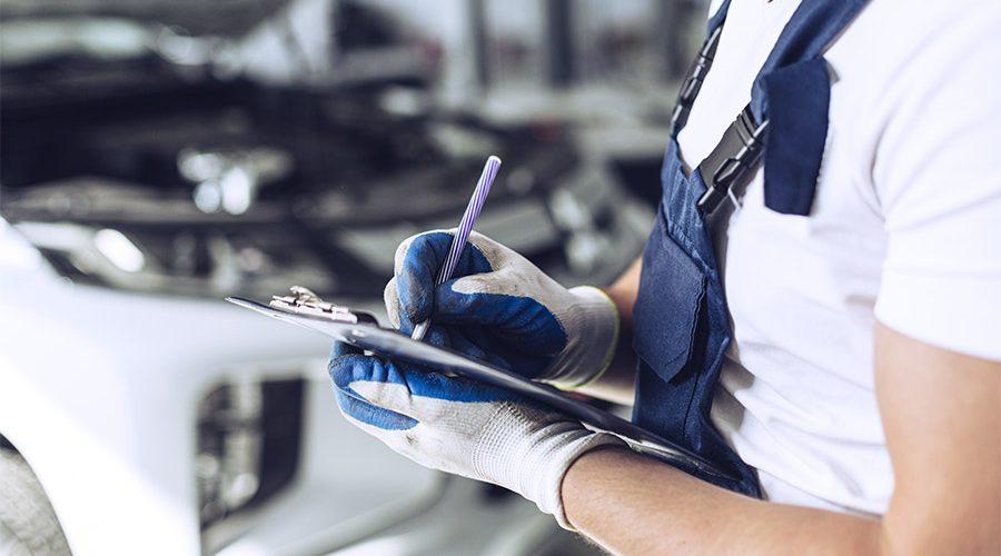 mecánico inspeccionando vehículo en gomauto sport Córdoba